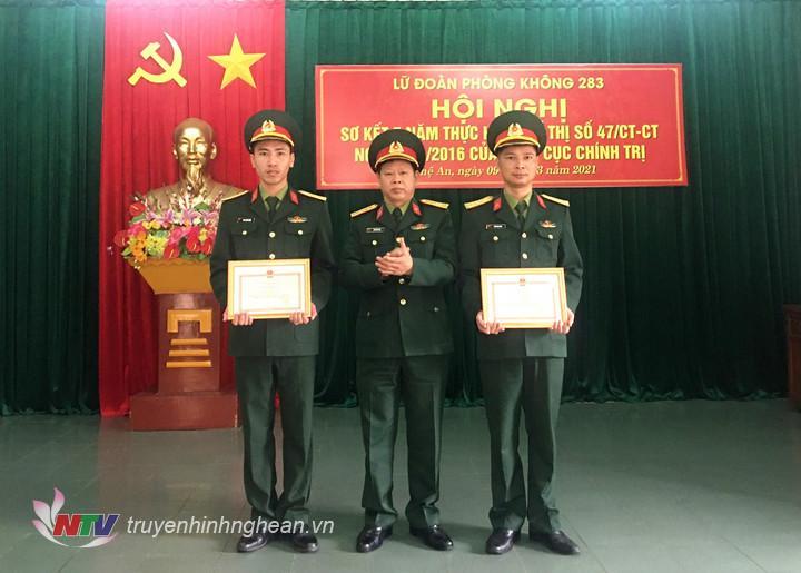 Lữ đoàn khen thưởng cho các cá nhân có thành tích xuất sắc trong thực hiện Chỉ thị 47.