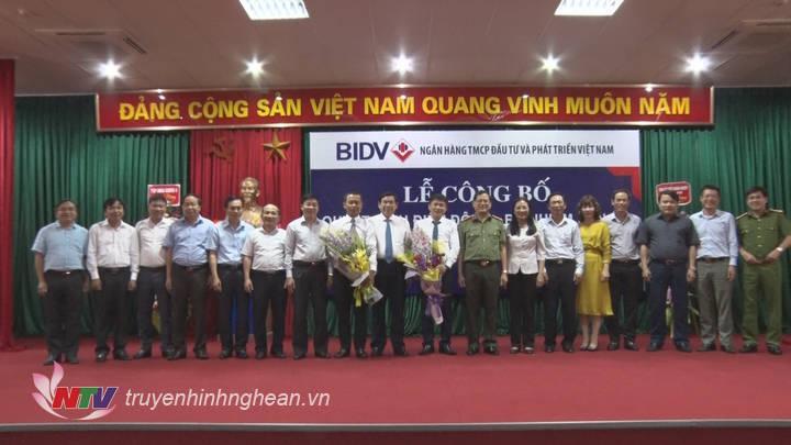 Đ/c Nguyễn Văn Thông - Phó Bí thư Tỉnh ủy tặng hoa chúc mừng 2 ông