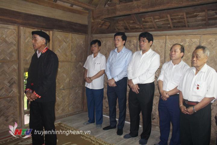 Trước lễ kỷ niệm, lãnh đạo huyện Con Cuông thắp hương tại nhà cụ Vi Văn Khang, bản Thái Hòa xã Môn Sơn