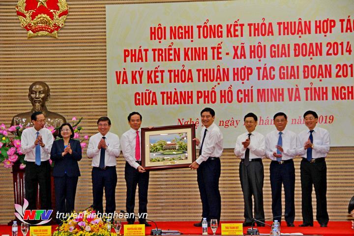 Trao quà lưu niệm cho tỉnh Nghệ An.