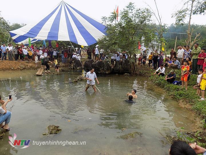 Sau lễ cúng thanh niên trong làng tham gia khơi thông Mó nước