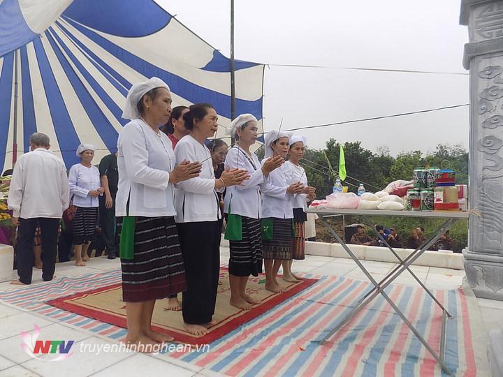 Dâng hương tại Đền Mó nước xóm Mo, xã Nghãi Xuân.