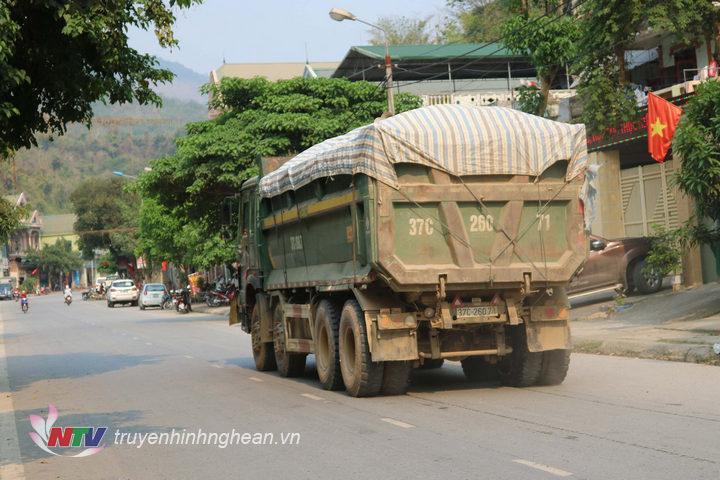 1.Trên tuyến quốc lộ 7A đoạn đi qua thị trấn mường Xén, huyện Kỳ Sơn, mỗi ngày có hàng trăm lượt xe quá khổ, quá tải lưu thông cả ngày lẫn đêm.