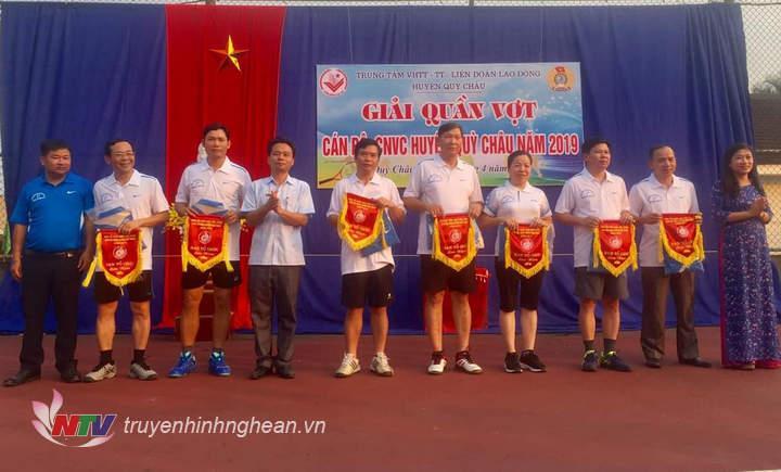 Ảnh: Bà Nguyễn Thị Thanh Hương - Phó giám đốc Sở Văn hóa và Thể thao, các đồng chí trong Ban tổ chức trao cờ lưu niệm cho các đơn vị về tham gia giải.