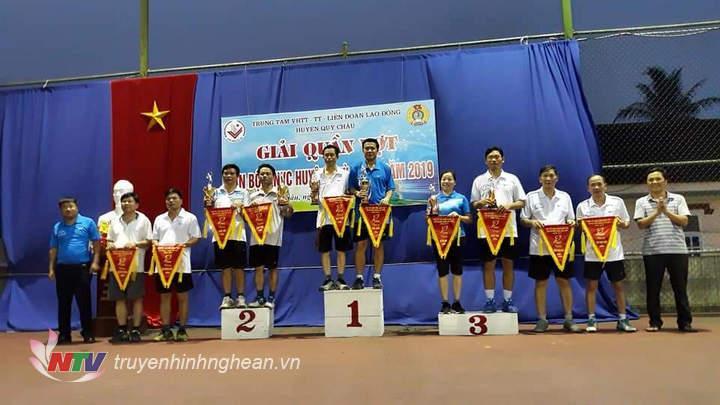 Ban tổ chức trao thưởng cho các vận động viên đạt giải.