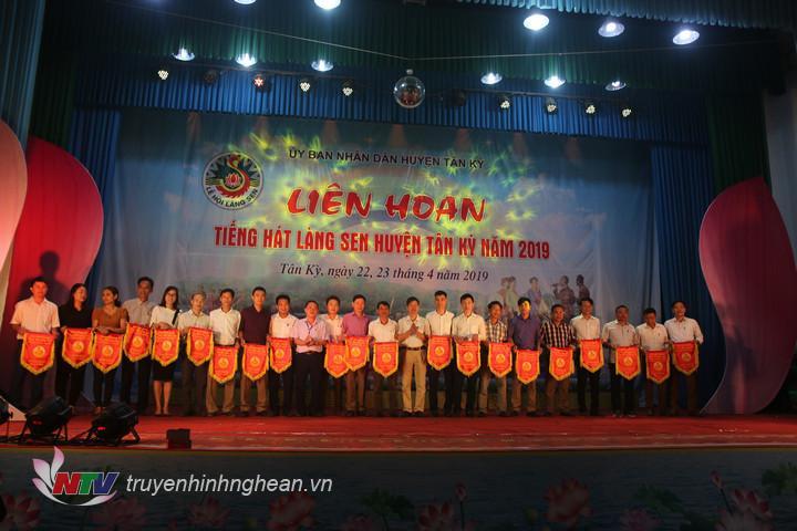 Lãnh đạo huyện Tân Kỳ tặng cờ lưu niệm cho các đội.