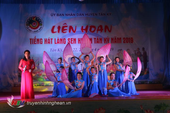 Tiết mục tham gia liên hoan của xã Phú Sơn.