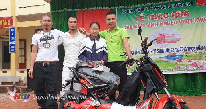 Em Nguyễn Thị Hà  bên chiếc xe đạp điện được nhóm thiện nguyện trao tặng.