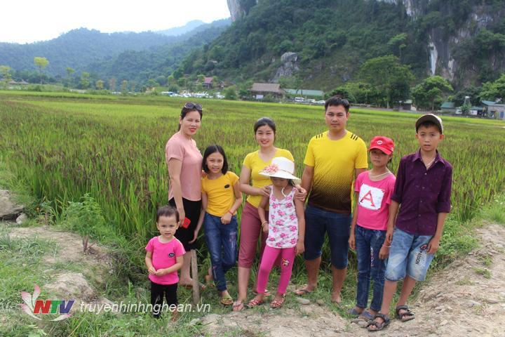 anh4. cánh đồng lúa đa sắc những ngày này đã thu hút du khách đến tham quan và chụp ảnh.
