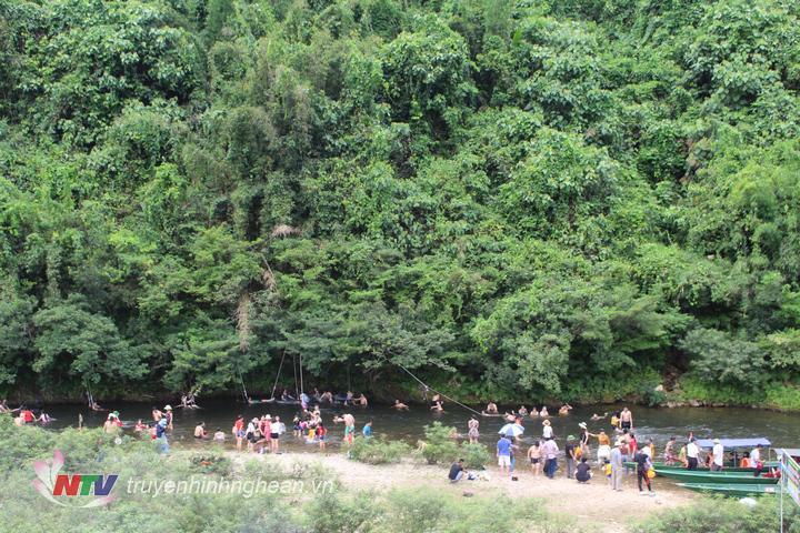 anh1. bãi tắm ở Phà Lài luôn chất kín người tắm trong những ngày nắng nóng.