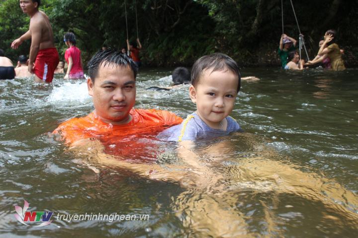 Không những người lớn mà trẻ nhỏ cũng rất hưng phấn khi được bố mẹ cho tắm mat trên sông Giăng