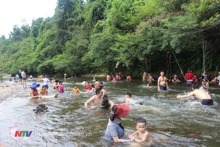 anh6. rất đông du khách tắm mát trên sông giăng trong 3 ngày nghỉ lễ đầu