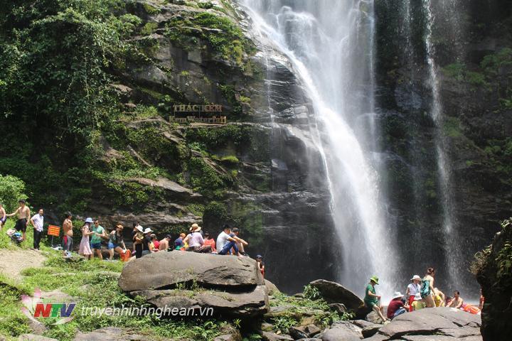 anh7. thác kèm trong 3 ngày nghỉ lễ có hơn 5000 lượt khách đến tham quan , tắm mát.