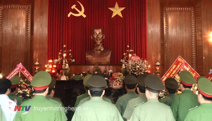 Các đại biểu dâng hoa dâng hương trước anh linh Chủ tịch Hồ Chí Minh.