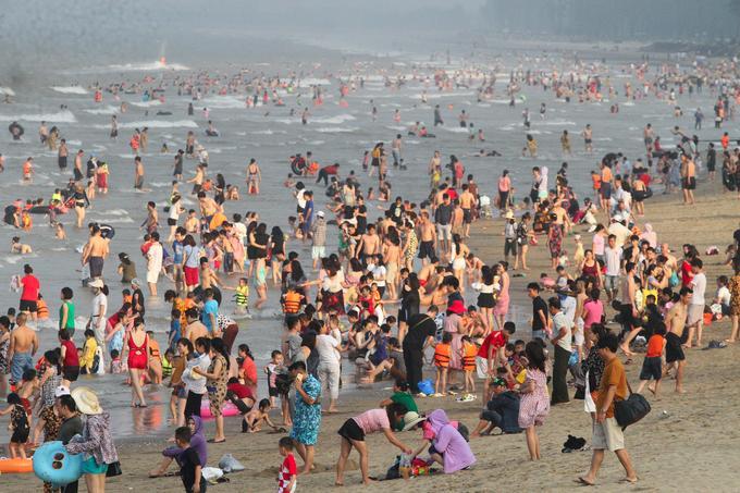 Phòng Văn hóa thị xã Cửa Lò (Nghệ An) cho biết, từ ngày 26 đến 28/4 Cửa Lò đón khoảng 200.000 lượt khách trong và ngoài nước.  Bãi biển Cửa Lò kéo dài gần 10 km, từ sáng đến tối luôn trong tình trạng ken đặc du khách.