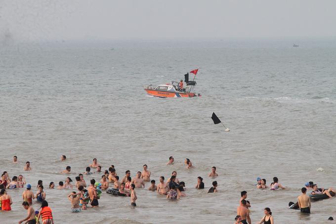 Vào thời gian nhiều người ra biển nhất, từ 16h, nhà chức trách đã cử thuyền cứu hộ túc trực ngoài khơi đề phòng sự cố.