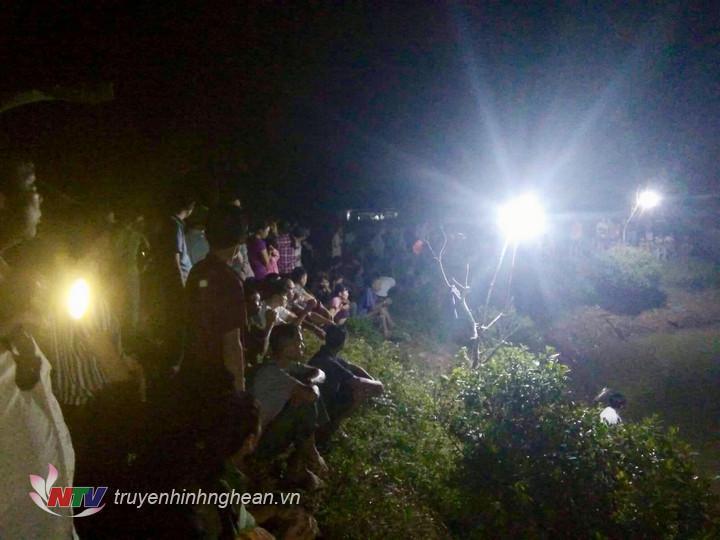 Lực lượng chức năng nỗ lực tìm kiếm nạn nhân.