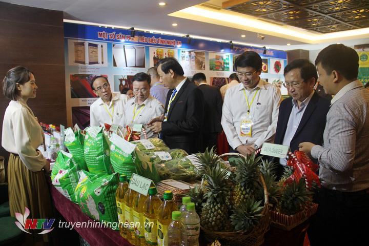 Các đại biểu tham quan gian hàng nông nghiệp sạch.
