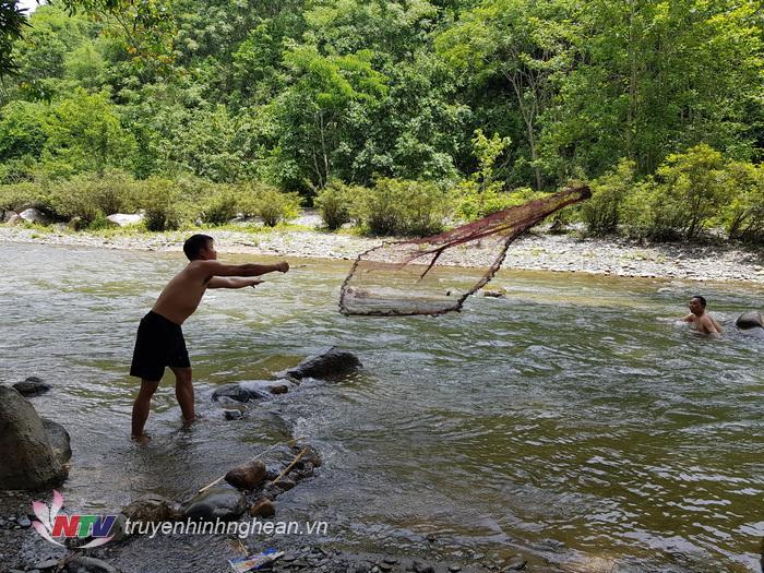 ..tự mình đánh bắt các loại cá đặc sản như úp nơm hoặc quăng chài...