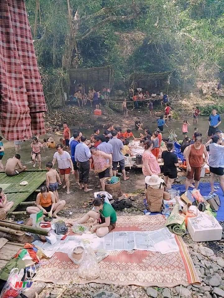 Du khách tấp nập đổ dồn về khe Kiền những ngày nghỉ lễ, các lều quán tạm đểu quá tải.