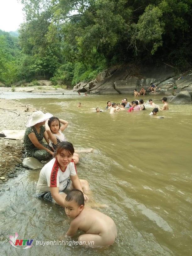 Trẻ em cũng rất phấn khích khi được dầm mình trong dòng nước mát.