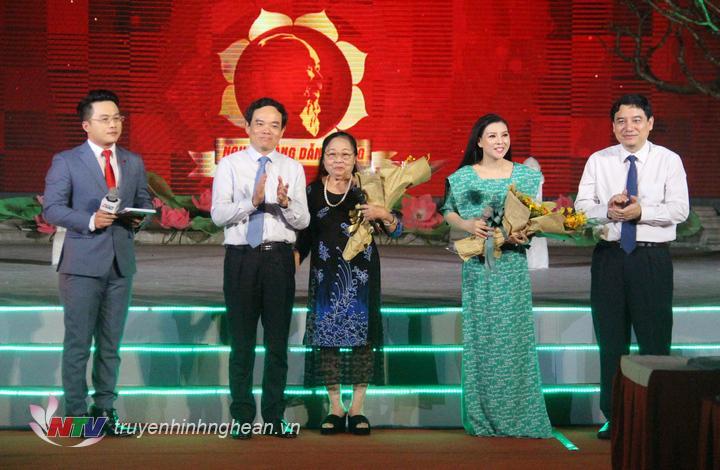Lãnh đạo 2 tỉnh Nghệ An - TP Hồ Chí Minh tặng quà cho các nghệ sỹ.