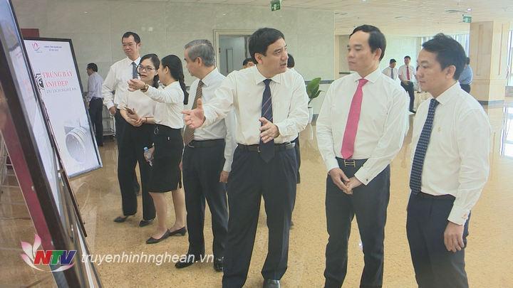 Các đ/c lãnh đạo 2 địa phương ảnh trưng bày về Nghệ An.