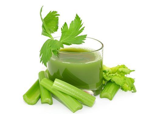 Nước ép cần tây giúp hạ huyết áp, chữa mất ngủ, tiểu tiện sẻn đỏ.