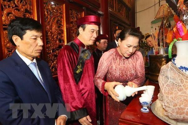 Chủ tịch Quốc hội Nguyễn Thị Kim Ngân thực hiện nghi lễ rót rượu dâng hương tại Đền Thượng. (Ảnh: Thành Đạt/TTXVN)