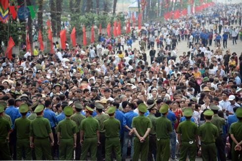 Sáng 14/4 (tức 10/3 âm lịch), rất đông người dân, du khách thập phương đã đổ về Khu Di tích lịch sử Đền Hùng (TP Việt Trì - Phú Thọ) để dâng hương, hoa, lễ vật tưởng nhớ các Vua Hùng.