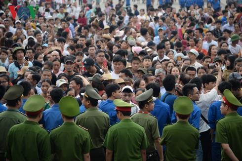 Sau khi Chủ tịch Quốc hội Nguyễn Thị Kim Ngân và các đại biểu thực hiện xong nghi thức dâng hương, khoảng 6h45 cùng ngày, lực lượng an ninh bắt đầu mở hàng rào để để người dân di chuyển từ từ lên các đền.