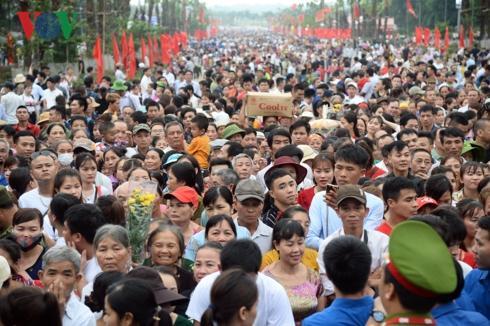 Mặc dù lượng du khách trong ngày chính hội không đông như mọi năm nhưng con số cũng lên đến hàng vạn người.