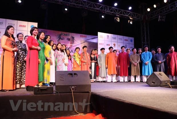 Dàn người mẫu áo dài Việt Nam tại Tuần lễ thời trang toàn cầu ở Ấn Độ.