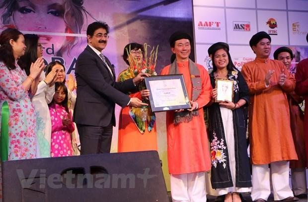 Giám đốc Câu lạc bộ Điện ảnh và truyền hình quốc tế, ông Sandeep Marwah tặng hoa và trao giấy chứng nhận tham gia chương trình cho đoàn Việt Nam.
