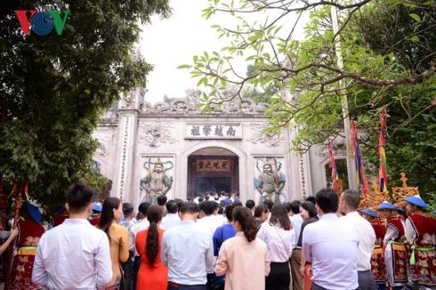 Sau đó khoảng 1 giờ đồng hồ, Ban tổ chức lễ hội đã mở cổng, hướng dẫn cho du khách xếp theo hai hàng dọc di chuyển lên đền Thượng.