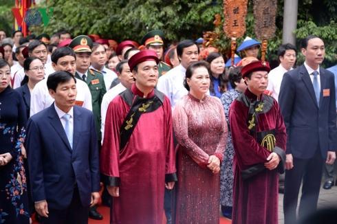 Bộ trưởng Bộ Văn hóa, Thể thao & Du lịch Nguyễn Ngọc Thiện (bìa trái, hàng đầu tiên) cùng dự lễ dâng hương.