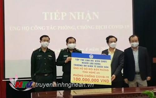 Lãnh đạo trường Đại học Kinh tế trao tiền ủng hộ BĐBP Nghệ An 100 triệu đồng.