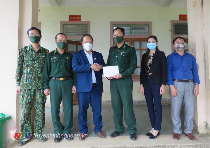 Đoàn công tác của huyện Kỳ Sơn đến thăm, động viên và tặng quà trị giá 5 triệu đồng cho các tổ chốt của Đồn Biên phòng Nậm Càn làm nhiệm vụ phòng, chống dịch Covid – 19.