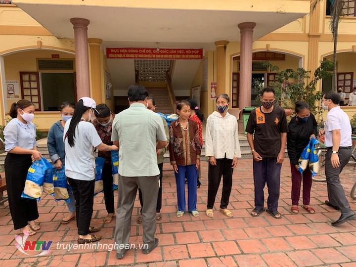 Đại diện nhà tài trợ trao gạo cho người nghèo Hưng Nguyên.