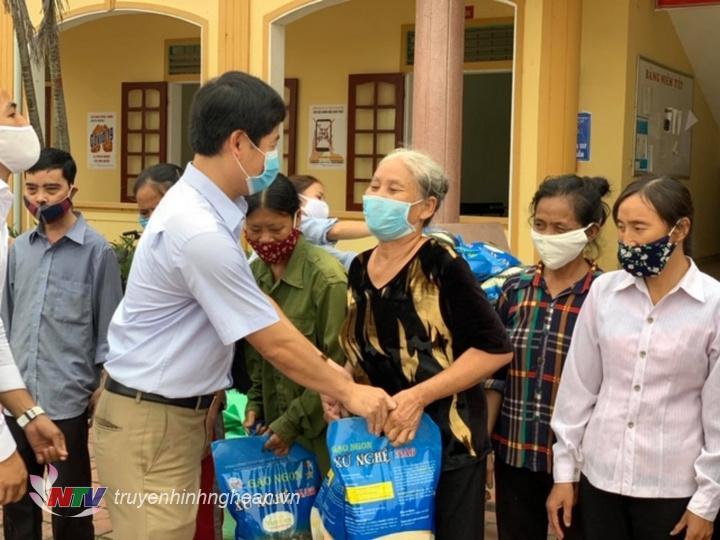 Đ/c Trần Minh Ngọc - Phó Giám đốc Đài PT&TH Nghệ An trao gạo hỗ trợ cho các hộ nghèo bị ảnh hưởng do diichj Covid-19.