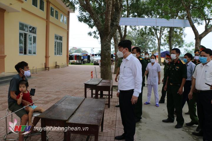 Chủ tịch UBND tỉnh trò chuyện với công dân tại khu cách ly Đô Lương.