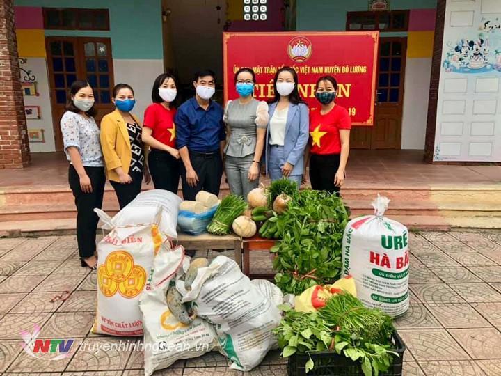 Hội phụ nữ xã Lam Sơn và Giang Sơn Tây huyện Đô Lương ủng hộ gạo, rau củ, quả các loại