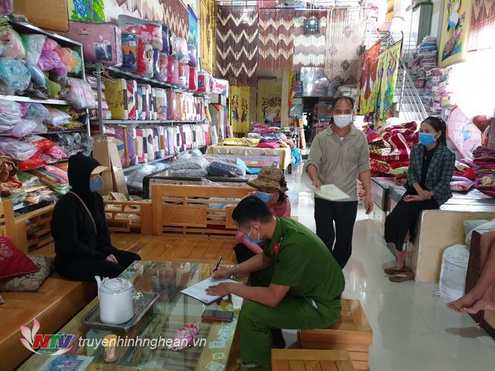 Tổ công tác phòng dịch Covid 19 xã Diễn Kỷ lập biên bản vi phạm tại cửa hàng bà Trương Thị Bình.