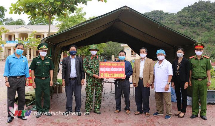 Ban cứu trợ huyện đã đến thăm và trao 20 triệu đồng tiền mặt cho các lực lượng đang làm nhiệm vụ tại khu cách ly Trường phổ thông Dân tộc nội trú THCS huyện Kỳ Sơn