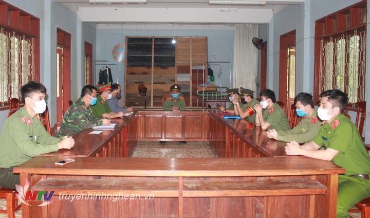 đoàn công tác Công an tỉnh Nghệ Ankiểm tra chế độ ứng trực và động viên các cán bộ, chiến sĩ làm nhiệm vụ tại khu cách ly tập trung huyện Anh Sơn.