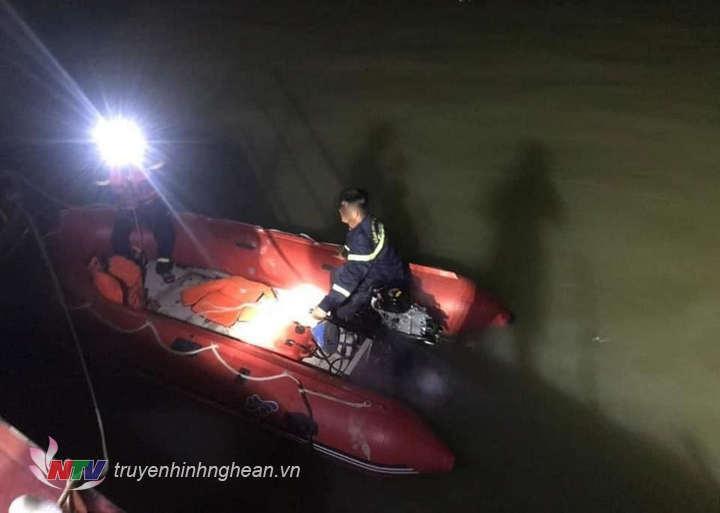 Các lực lượng chức năng nỗ lực xuyên đêm tìm kiếm nạn nhân.