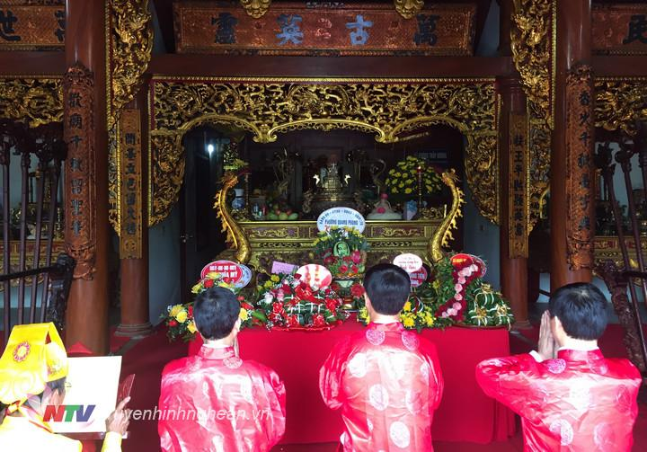 Lãnh đạo Thái Hoà dâng hương tại điện thờ Làng Vạc.