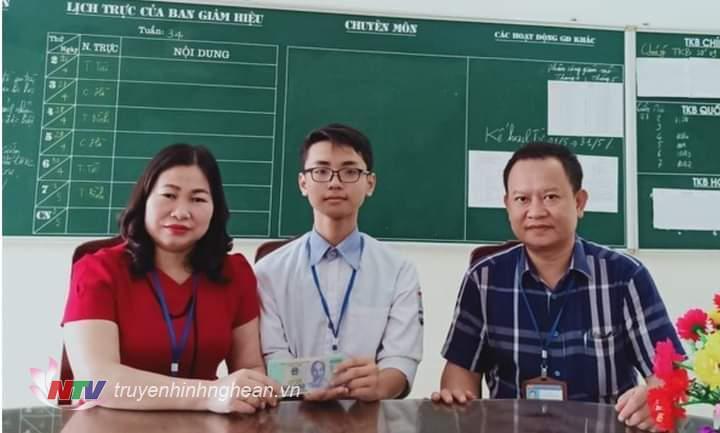 Em Nguyễn Sỹ Quỳnh bàn dao số tiền cho thầy cô để tìm người đánh rơi.