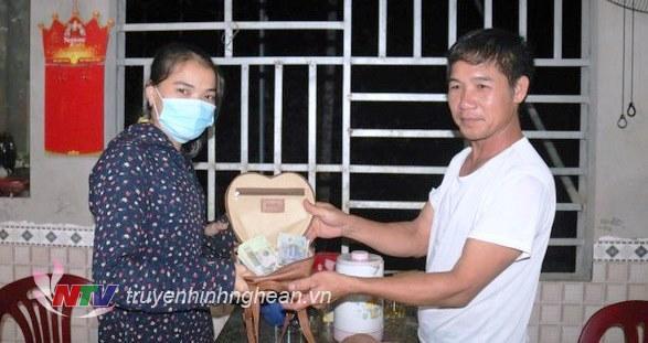 Anh Hoàng trao trả túi tiền cho chị Trang tại nhà riêng.