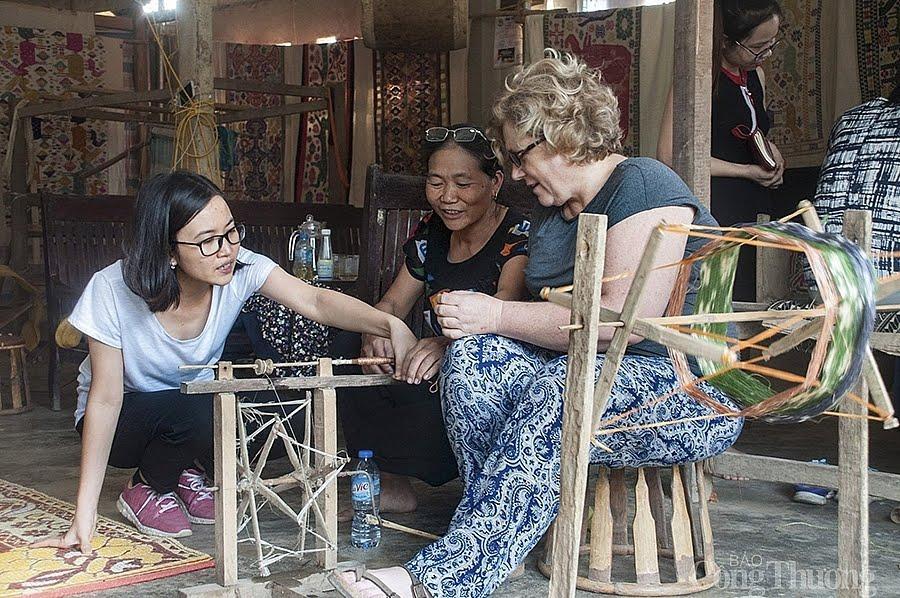Khách đi tour miền Tây Nghệ An tại Công ty Du lịch Vinh Guru
